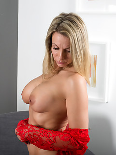 Busty Blondes Pics